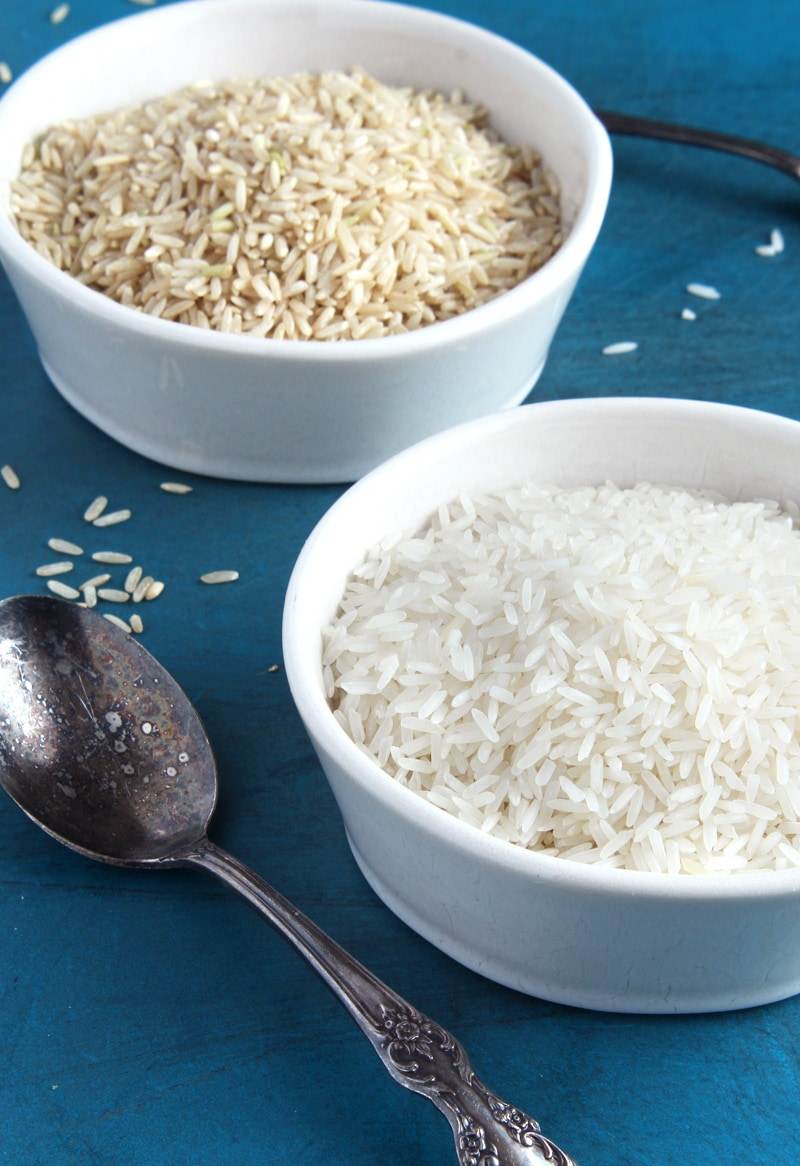 Side picture of brown rice and white rice in bowls.